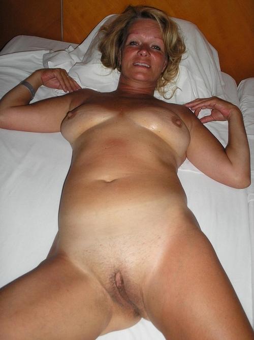 Belle cougar nue sur son lit
