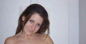 Céline nue dans une cabine de douche