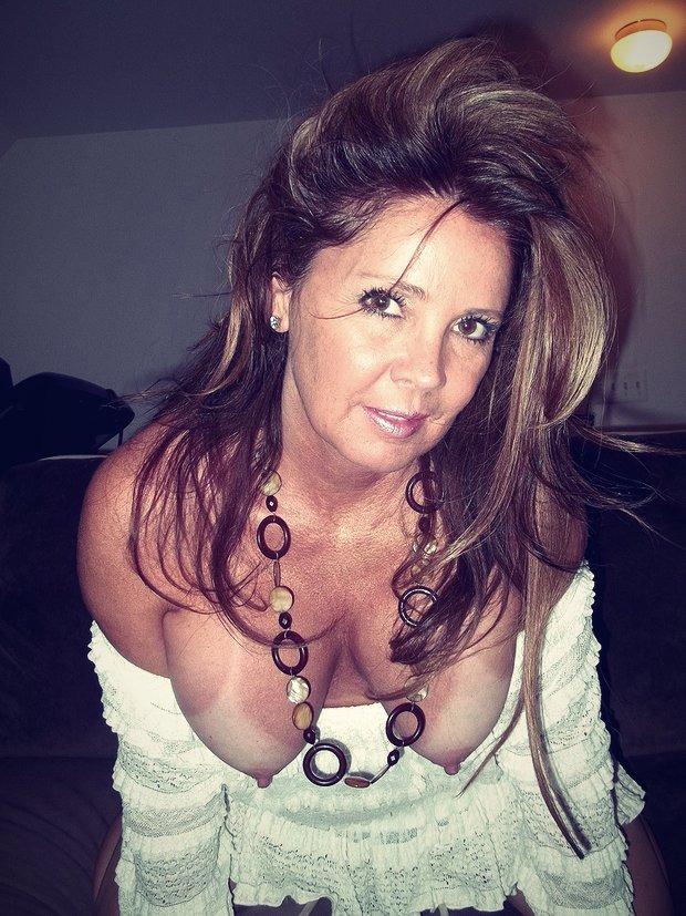 Les gros seins d'une cougar sensuelle