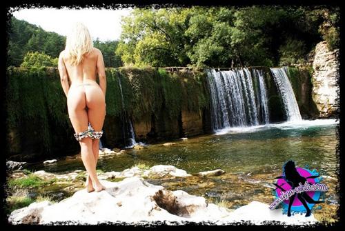 Elysa nue a baissé son string devant une colonie de voyeurs