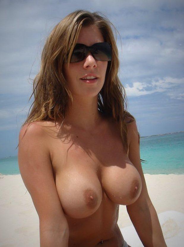 Les gros seins de Laurence nue fait pour la branlette espagnole