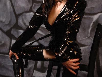 Marlene la cougar dresse les jeunes mecs