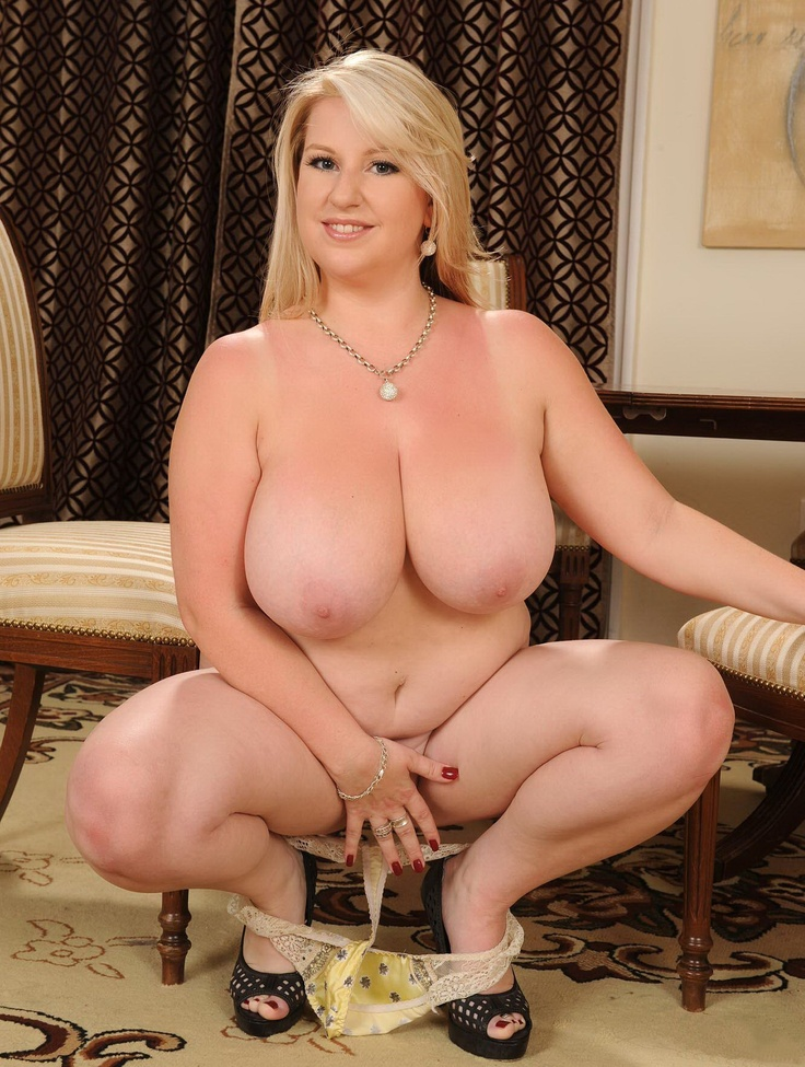 Belle ronde nue exhibe ses gros seins